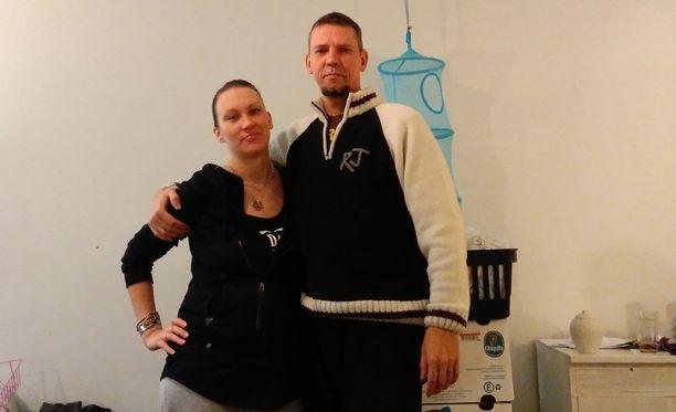 Matti Heikkinen sanoo, että perustulokokeilu sopii hyvin tämän hetkiseen elämäntilanteeseen. Heikkinen kuvassa vaimonsa Janikan kanssa. Pariskunta saa lapsen maaliskuussa.