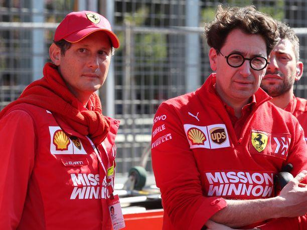 Fiat- ja Ferrari-puheenjohtaja John Elkann (vasemmalla) oli paikan päällä Bakussa seuraamassa omiensa neljättä epäonnistumista tällä kaudella. Tallipäällikkö Mattia Binotton on saatava Ferrarin kurssi käännettyä nopeasti, ettei Mercedes karkaisi tavoittamattoman kauas.