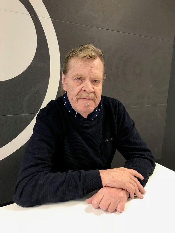 Tuskin kukaan suomalainen on välttynyt Jari Tervon naamalta. Vesa-Matti Loirin elämäkertaa työstäessään Tervo on saanut huomata, että Loirin kohdalla päät kääntyvät vielä tiuhempaan.