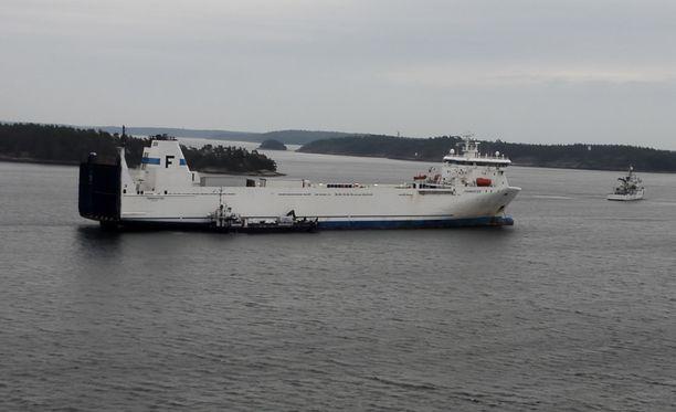 Naantalista ruotsalaiseen kaupunkiin Oxelösundiin matkalla ollut rahtialus MS Finnmasterin peräsimeen tuli tekninen vika torstaina.