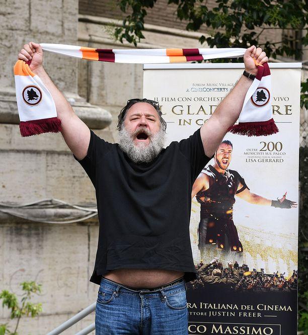 Russell Crowe poseerasi valokuvaajille hyväntuulisena ennen elokuvan alkua.