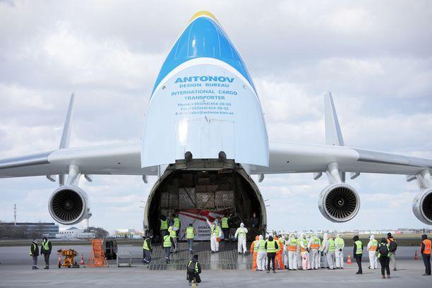 Maailman suurin kuljetuskone Antonov An-225 toi Varsovan lentokentälle 14. huhtikuuta suuren lastin suojatarvikkeita Kiinasta.