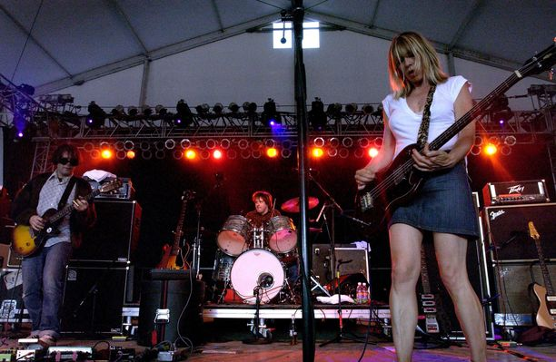 Sonic Youthin keulakuva Kim Gordon on kirjoittanut omaelämäkerran Girl in a Band (suom. Tyttö bändissä, Like kustannus 2015).