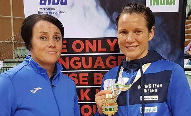 Mira Potkonen voitti 60-kiloisten sarjan finaalissa Laishram Sarita Deviin. Rinnalla poseeraa valmentaja Maarit Teuronen.