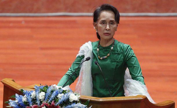 Aung San Suu Kyi puhui tänä kesänä Myanmarissa järjestetyssä rauhankonferenssissa.