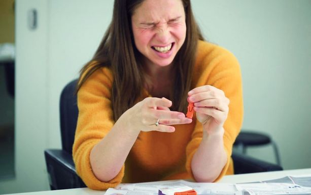 Syfilistestissä otetaan verinäyte omasta sormen päästä.
