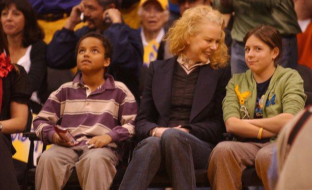 Vuonna 2004 Nicole Kidman seurasi koripallopeliä adoptiolastensa Connorin ja Isabellan kanssa.