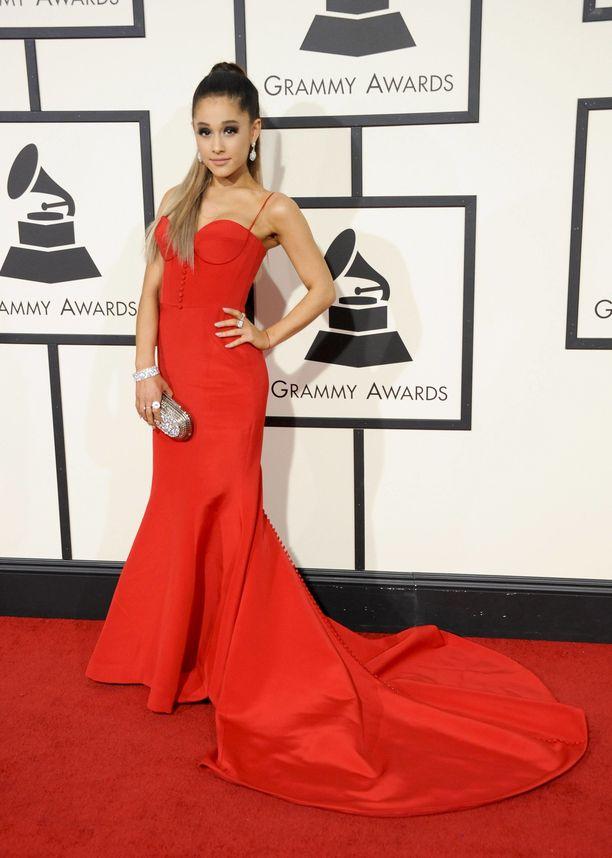 Kirjoitimme hetki sitten, kuinka Postdamin yliopiston tutkimuksen mukaan nainen haluaa pukeutua punaiseen kiinnittääkseen miesten huomion. Tällä näyttävällä asulla Ariana Grande kiinnitti todellakin myös naisten huomion.