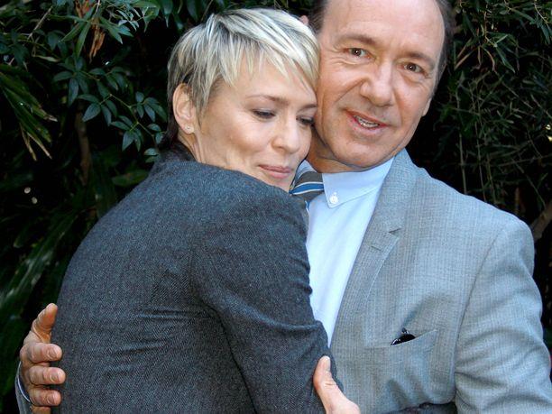 Kunnianhimoista avioparia House of Cards -sarjassa esittäneet Robin Wright ja Kevin Spacey syyskuussa  2013.