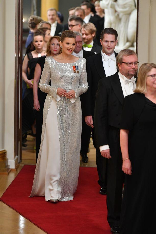 Kansanedustaja Sofia Vikmanin hopeanhohtoinen juhlatyyli oli Anne-Mari Pahkalan käsialaa.