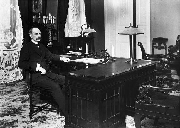 Presidentti Ståhlberg kuvattuna työhuoneessaan Presidentinlinnassa vuonna 1919.