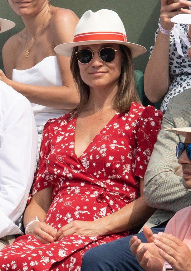 Pippa Middleton edusti tyylikkäänä punaisessa Ralph Laurenin puvussa.
