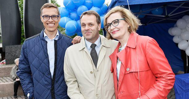 Alexander Stubb kerää kokoomuksen piirihallitusten puheenjohtajien kannatuksen. Jan Vapaavuori ja Paula Risikko olivat tasoissa Kalevan teettämässä kyselyssä.