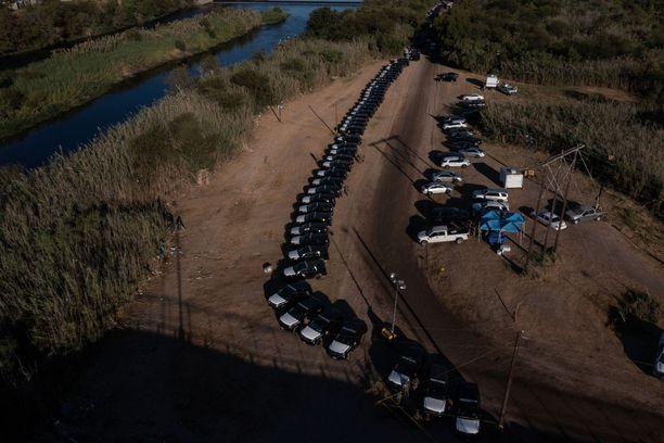 Siirtolaisten maahantulon estämiseksi on päätetty pystyttää useita kilometrejä pitkä, ajoneuvoista koostuva muuri.