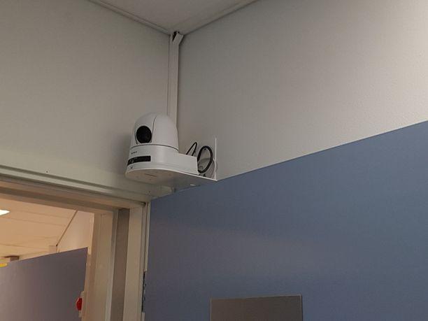 Haastatteluhuone on karun pelkistetty, siellä on kaksi kameraa ja kaksi huomaamatonta mikrofonia.