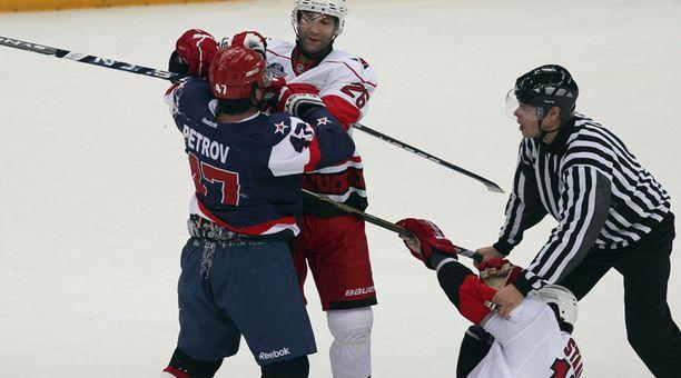 Erik Cole (keskellä) hyökkäsi puolustamaan Aleksei Petrovin taklauksen alle jäänyttä Eric Staalia.