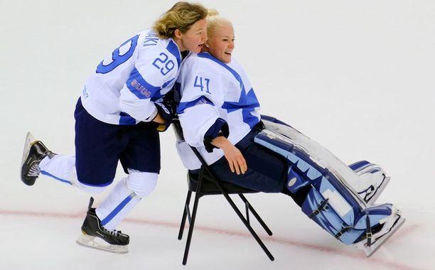 Suomen Karoliina Rantamäki ja Noora Räty hulluttelivat jäällä.