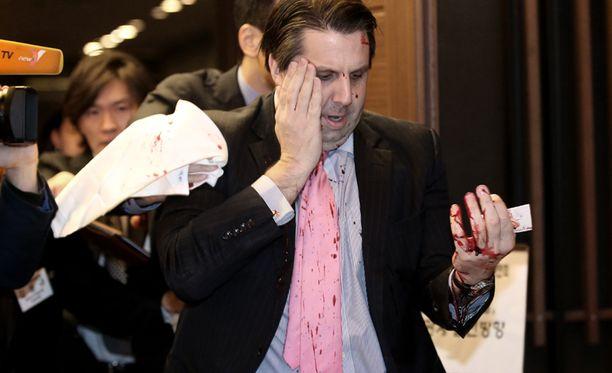 Dramaattinen kuva loukkaantuneesta suurlähettiläästä levisi Etelä-Korean mediassa.