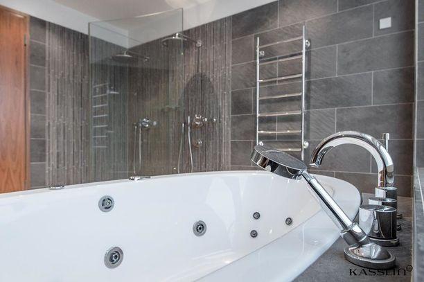 Helsingin Eirassa sijaitsevan asunnon saunaosastolla on muun muassa poreallas.