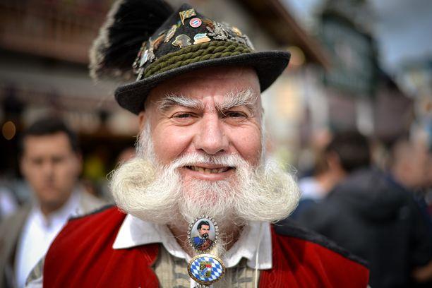 Werner Waldhuetter esitteli lauantaina partaansa, johon on kiinnitetty Baijerin kuningasta Ludwig II:ta esittävä medaljonki.