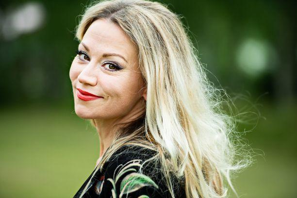 Anna Eriksson tunnetaan ikivihreistä hiteistään, kuten Kun katsoin minuun ja Kaikista kasvoista.