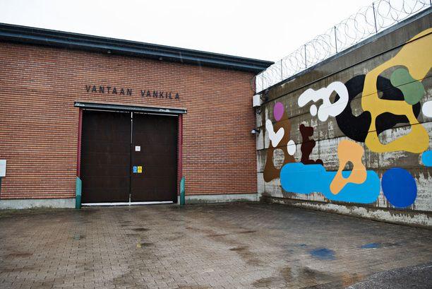 Suomen tunnetuin vanki käveli tiistaina iltapäivällä ulos Vantaan vankilan portista kassi olallaan kenenkään häiritsemättä.
