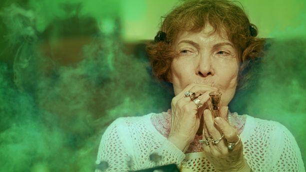 Dokumentissa Sirkka Linder sytyttää piipun, vaikka ei niin välittäkään polttamisesta. -Käytän pilveä nykyisin mieluummin suun kautta. Polttaminen on epäterveellistä, hän perustelee muuttuneita tapojaan.