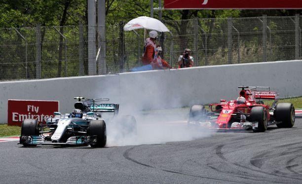 Valtteri Bottas (vas.) aiheuttaa Kimi Raikköselle päänvaivaa.
