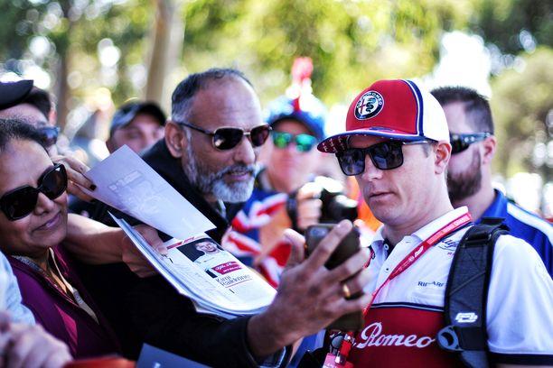 Kimi Räikkönen tervehti faneja Melbournen Albert-puistossa.