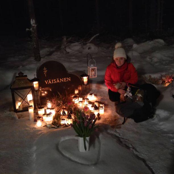 Julia ja Lumi kävivät Mikan haudalla jouluaattona 2018.