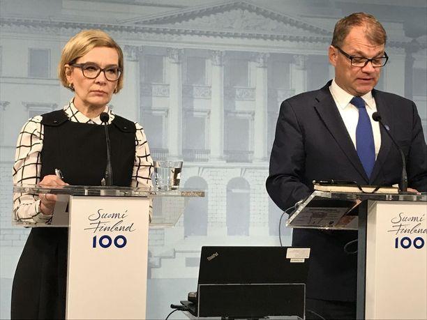 Sisäministeri Paula Risikko (kok) ja pääministeri Juha Sipilä (kesk) pitivät vakavina tiedotustilaisuuden lauantaina Valtioneuvoston linnassa.