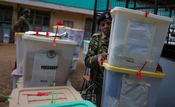 Poliisi auttoi äänestyslipukkeiden kantamisessa Nairobissa Keniassa.