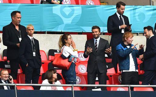 Brittitähdet kannustivat Englantia EM-kisoissa: David Beckham ja Ed Sheeran vierekkäin katsomossa