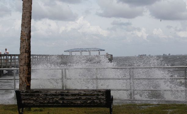 Viikonloppuna Alberton rajut tuulet nostivat aaltoja Floridan rannikoilla. Sisämaassa myrsky on hieman laantunut.