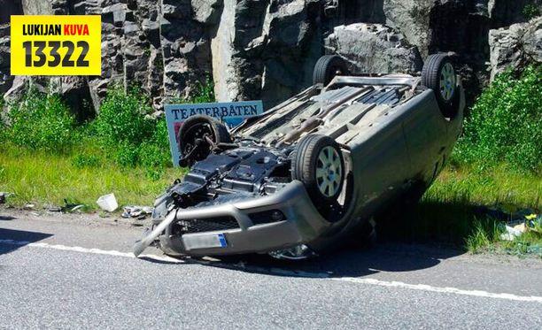 Auto lensi katolleen törmäyksen voimasta.