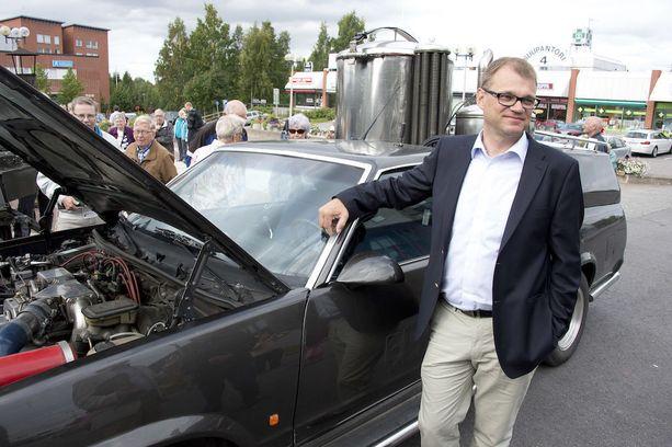 Juha Sipilä esitteli vuonna 2013 keskustan juhlissa itse rakentamaansa häkäpönttöautoa.