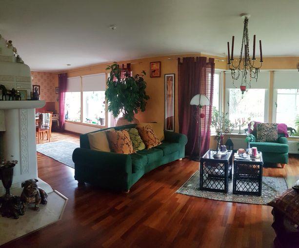Koti on sisustettu värikkäästi.