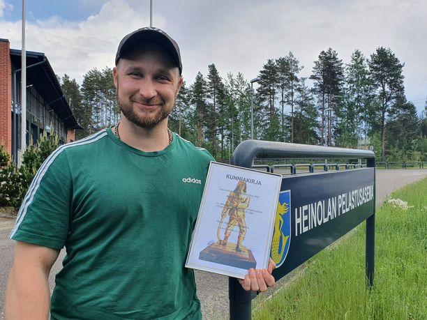 Päijät-Hämeen pelastuslaitos palkitsi Niko Niemisen, joka pelasti ihmisen Kymijoesta jo toista kertaa.