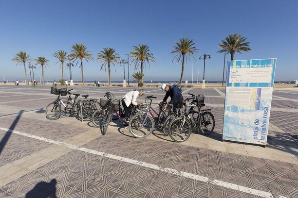 Rantakadulla voi esimerkiksi pyöräillä.
