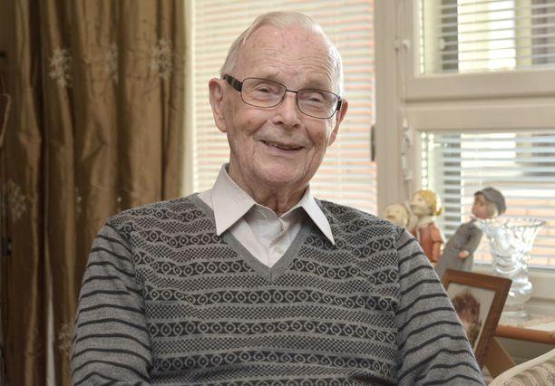 Kai Kiilunen on paitsi rovasti myös rintamalla palvellut reservin vänrikki. Lähes 93-vuotias veteraani osallistuu edelleen aktiivisesti Turun Veteraanilaulajien toimintaan.