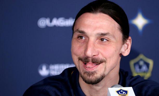 Zlatan Ibrahimovic heitti juttua pilke silmäkulmassaan.