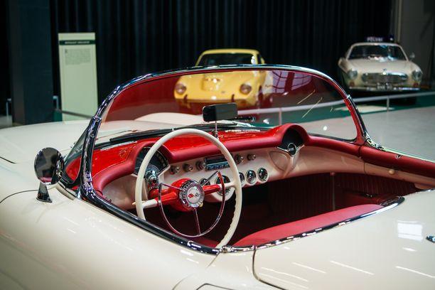 Amerikkalaisen urheiluauton, Chevrolet Corvetten ensimmäisen sukupolven ohjaamonäkymä.