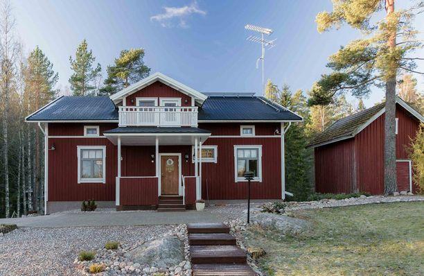 Satu Tuomiston ja Petrin talo on punamultainen puutalo.