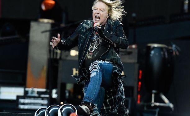 Yleisö antoi heti anteeksi myöhästelyn, kun Guns N' Roses nousi lavalle Hämeenlinnassa.