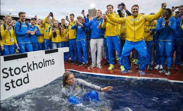 Ruotsin maajoukkueen johtaja Karin Torneklint uitettiin sunnuntaina Tukholman olympiastadionin vesihaudassa, kun sinikeltaiset voittivat naisten ja miesten yleisurheilumaaottelut.