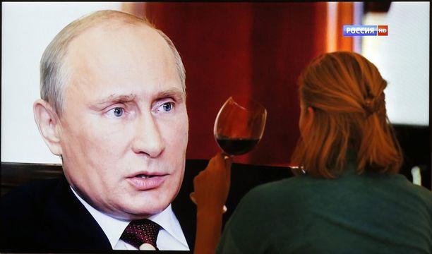 Venäläisnainen seurasi dokumenttia Moskovassa sunnuntaina. Venäjän kansa on laajalti tukenut Krimin liittämistä Venäjään.