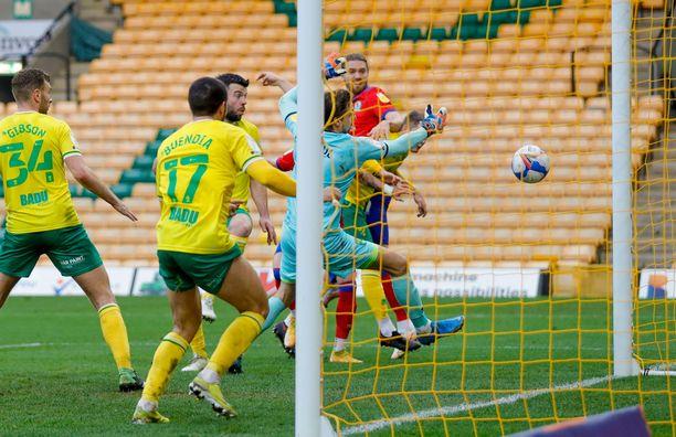 Blackburn Roversin voimahyökkääjä Sam Gallagher puskee 1–1-tasoituksen Norwich-puolustuksen keskeltä.