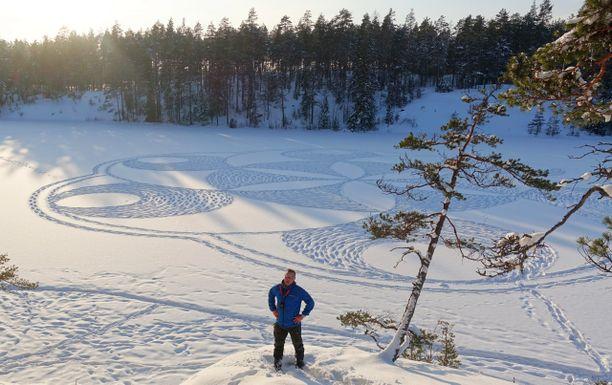 Tämä 60 metriä halkaisijaltaan oleva työ syntyi Nuuksion Saaren Mustan jäälle viime talvena.