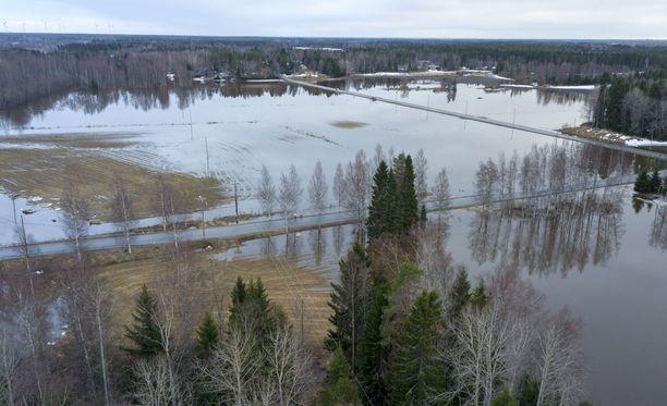 Etelä-Pohjanmaan tulvat saavuttivat huippunsa viikonloppuna. Kuva Kyröjoen Skatilasta Mustasaaresta. Kyrönjoki on Etelä-Pohjanmaan suurin joki.