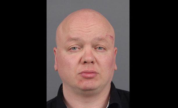 Poliisi julkaisi Tuomas Kangasniemen kuvan, koska poliisi epäilee, että seksikumppaneita on ollut useampia. He ovat voineet saada sukupuolitaudin.